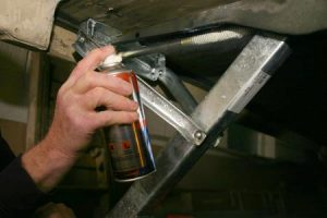 spraying-the-corner-steady-thread-with-lubricant
